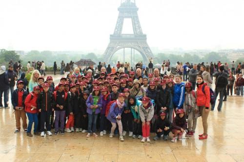 Le groupe pose devant la Tour Eiffel.